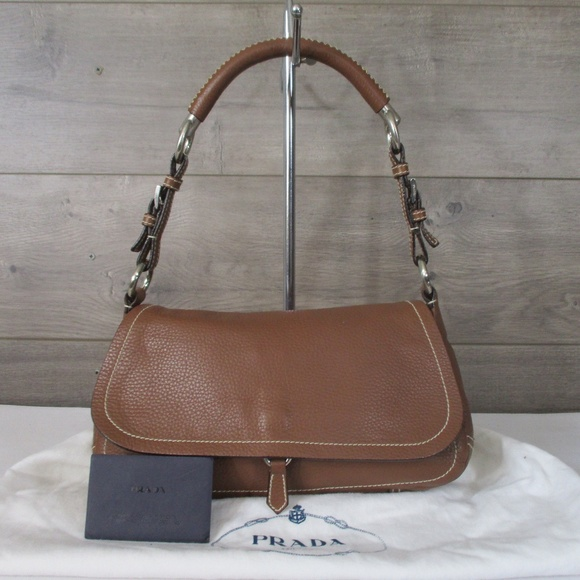 721bfeecf222 PRADA Vitello Daino Leather Shoulder Bag. M 5b74d9711b32948ff0c16aa9